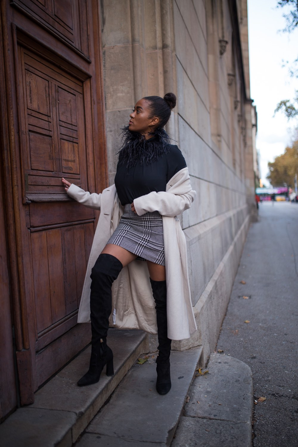 black and white winter look, maxi coat in the streets of Barcelona