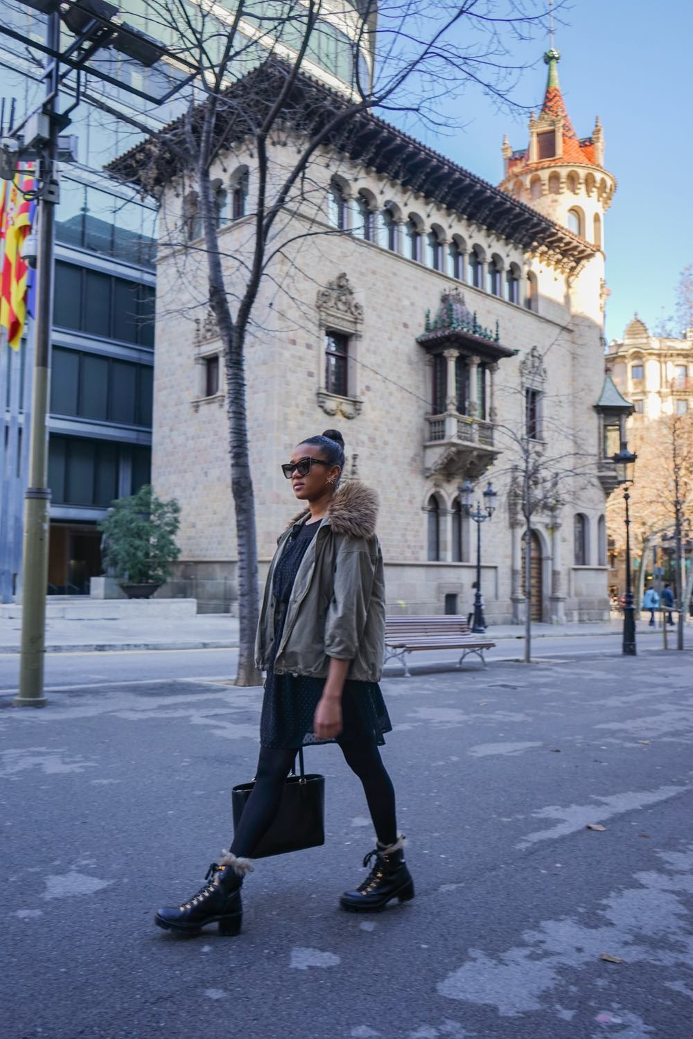 Street style in winter all black outfit barcelona blogger Mirjam Maisch